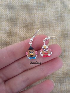 Mr and mrs Potato earrings. Best Picture For Polymer Clay C Fimo Disney, Disney Pixar, Polymer Clay Disney, Cute Polymer Clay, Polymer Clay Flowers, Polymer Clay Miniatures, Polymer Clay Charms, Polymer Clay Projects, Polymer Clay Creations