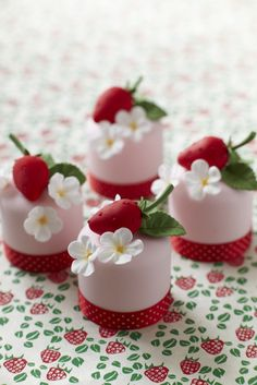 Fruity Mini #Cakes! Yay! We love Mini Cakes! #CakeDecorating #LearnWithUs #Issue30