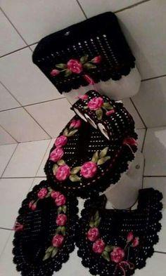 croche e dicas incriveis para você fazer hoje mesmo Diy Home Crafts, Yarn Crafts, Handmade Crafts, Bathroom Crafts, Bathroom Sets, Bathrooms, Crochet Doilies, Crochet Flowers, Crochet Bunny