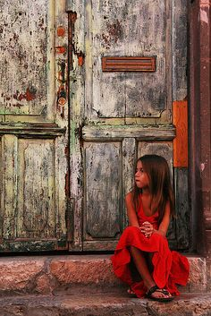Pretty young girl sit on the steps of their house - Beautiful photo