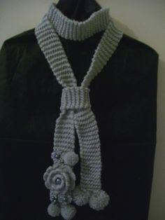 Echarpe com flores de crochê