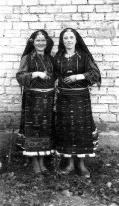 Γυναίκες από το Νέο Μοναστήρι Φθιώτιδας.Δημοσίευση: Νέο Μοναστήρι (Πρόσφυγες Ανατολικής Ρωμυλίας). Greek Costumes, Bulgarian, Folk, Fur Coat, Traditional, Jackets, Beauty, Fashion, Down Jackets
