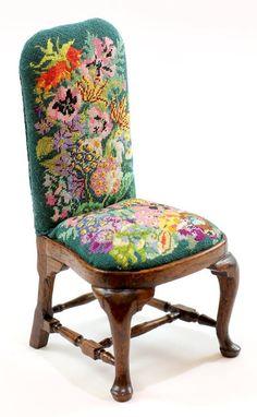 Silla tapizado floral petit point.