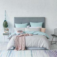 chambre a coucher pas cher couleurs d ete tapis en blanc et bleu clair couverture de lit