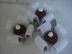 Forminhas para doces finosObra de Arte: Forminhas em voil trabalhado e pérolas,um luxo!!!