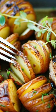 USA - Garlic Herb Roasted Potatoes – the easiest and delicious roasted potatoes with olive oil, butter, garlic, herb and lemon. No deep-frying easy recipe! Side Dish Recipes, Vegetable Recipes, Vegetarian Recipes, Cooking Recipes, Healthy Recipes, Cooking Tips, Veggie Food, Salad Recipes, Easy Delicious Recipes