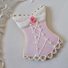Pâtisserie sensuelle et aphrodisiaque : un biscuit érotique où des textures de dentelle et de satin sont reproduites pour éveiller les papilles et stimuler l'imagination et le désir.