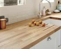A traditional Oak Block solid wood kitchen worktop. Made with natural wood which means every worktop is unique. Available in two sizes. Oak Kitchen Worktops, Howdens Kitchens, Wooden Kitchen Countertops, Ivory Kitchen, White Gloss Kitchen, Neutral Kitchen, Kitchen Colors, Kitchen Tops, New Kitchen