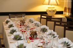 Weihnachten mit seinen Liebsten verbringen – ein festlich gedeckter Tisch, ein wundervoll geschmückter Weihnachtsbaum, darunter hübsch verpackte Geschenke und Weihnachtspackerl. Table Settings, Table Decorations, Party, Dip, Baking, Traditional, Easy Meals, Salsa, Bakken
