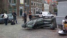 16-08-2011. Een kraanwagen heeft het beeld Jan Pierszoon Coen aangetikt bij het terugplaatsen van de straatverlichting na de kermis, waardoor het met een enorme klap op straat belandde. De schade is dusdanig groot dat het bronzen werk moet worden afgevoerd voor herstel. Volgens de zegsman is het beeld van Coen (1587-1629), dat al sinds 1893 in zijn geboortestad staat, nog nooit van zijn plek geweest.