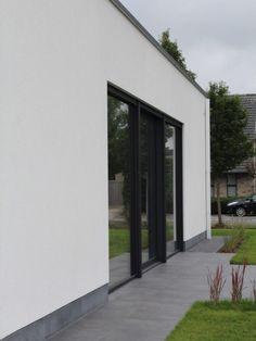 Nieuwbouw vrijstaande woning – Ypsilon architecten, driedelig schuifraam - witte regenwaterafloop - witte crepi