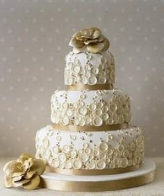 down-this-aisle:  3 tier wedding cake.