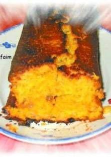 Cake à la carotte et épices Battez les oeufs, le sucre, le sel et les