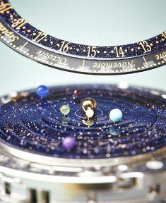 Para los aficionados a la astronomía, increíble reloj, que además de dar la hora, indica la posición de los planetas en el sistema solar.