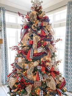 Manualidad Christmas tree ribbon guide- quick reference on how much to buy! Ribbon On Christmas Tree, Outside Christmas Decorations, Silver Christmas Decorations, Christmas Tree Themes, Simple Christmas, Cool Christmas Trees, Christmas Wreaths, Christmas Ideas, Christmas Recipes