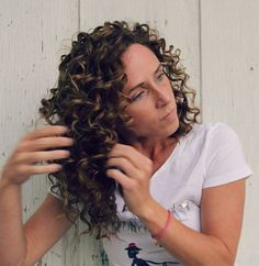 5 Steps To Well Defined Curls- 5 Steps To Well Defined Curls How to style a curly hairstyle / wavy hairstyle. 5 Steps To Well Defined Curls – Step 5 - Blonde Curly Hair, Curly Hair Tips, Curly Hair Care, Curly Hair Styles, Natural Hair Styles, Frizzy Hair, Natural Curls, Curly Hair Updo Tutorial, Curly Girl Method