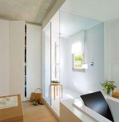 Un baño cálido y luminoso · ElMueble.com · Cocinas y baños La zona de la ducha  Junto a la bañera se ha realizado una amplia ducha a medida revestida de Silestone y aislada con dos paneles fijos de cristal transparente.