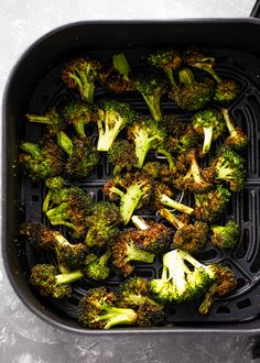 Learn how to make delicious crispy air fryer broccoli in just 10 minutes! It's so EASY, and the air fried broccoli is perfectly roasted and flavorful. Add this healthy side dish to all your favorite Fried Broccoli, Broccoli Recipes, Healthy Sides, Healthy Side Dishes, Sin Gluten, Cheesecake Fat Bombs, Keto Cheesecake, Baked Avocado, Paleo