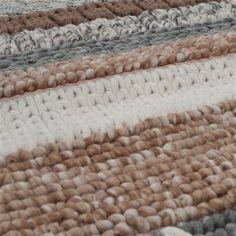 Waan jezelf in een Noorse winter, voor de open haard, met dit fantastische Zuiver Norway Vloerkleed. Het rechthoekige kleed is gemaakt van 100% wol en met de hand geknoopt. Het materiaal en de beige/bruine kleuren geven een knusse, warme uitstraling.