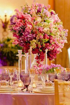 Abend Hochzeit feiern hohe Vase rosa lila Blumengestecke