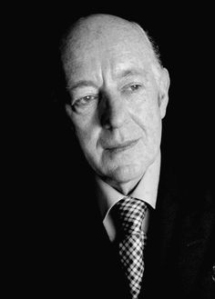 Alec Guinness was presented with an Honorary Oscar for advancing the art of screen acting through a host of memorable and distinguished performances in 1979.