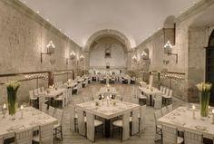 Hotel Quinta Real Oaxaca es el lugar perfecto para celebrar una boda en sus excelentes instalaciones, dentro de un majestuoso marco colonial. Espacios y capacidades Los pasillos de este hotel cuentan con una larga leyenda en sus muros. Creado en 1576