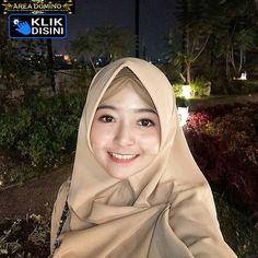 Artika Sari Beautiful Girl with Hijab - Hijaber Manja Beautiful Lips, Beautiful Hijab, Arabian Women, Hijab Tutorial, Hijab Chic, Always Smile, Young Fashion, Muslim Women, Hijab Fashion