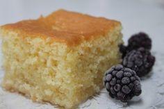 Ingrediente:   250 gr  iaurt grecesc  (cel mai gras) 250 gr  gris  3  oua  250 gr  zahar  75 ml  ulei de floarea soarelui  1 lingurita  praf de copt   coaja rasa de la o lamaie  1 lingurita  esenta de vanilie   Pentru  sirop :  300 gr  zahar  300...