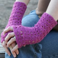 Fuente: http://www.ravelry.com/patterns/library/ripple-lace-fingerless-gloves