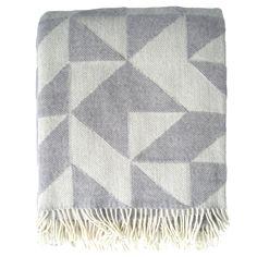 Tanskalaisen Tina Ratzerin suunnittelema Twist a Twill -villaviltti hurmaa geometrisella kuviollaan. Twist a Twill -kuosi on uudelleentulkinta perinteisestä tilkkutäkistä.