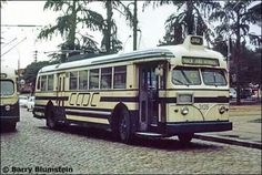 Ônibus da antiga CMTC na praça Silvio Romero, zona leste da cidade.