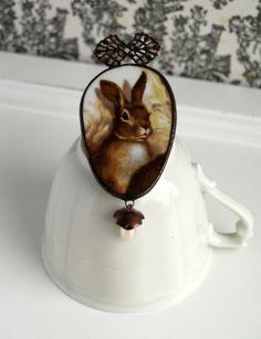 Broche en porcelaine de Vierzon - motif lapin : Broche par bijoux-martina-hejmalova