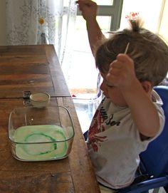 pitturare con il latte: magico, divertente e tiene fermo il nano per ben 15 minuti!