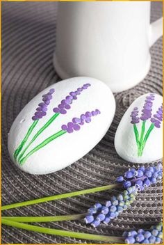 Painted Rock Flowers We'll show you how to make painted rocks using grape hyacinths as inspiration. Painted Rock Flowers We'll show you how to make painted rocks using grape hyacinths as inspiration. Rock Painting Patterns, Rock Painting Ideas Easy, Rock Painting Designs, Easy Paint Designs, Dot Painting On Rocks, Rock Painting Ideas For Kids, Cute Easy Paintings, Easy Painting Projects, Paint Patterns