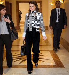 ♔♛Queen Rania of Jordan♔♛. March 2017 Queen Rania of Jordan attended the Teacher Skills Forum at Rania Teacher Academy in Amman. Queen Rania, Queen Letizia, Work Fashion, Fashion 2017, Fashion Outfits, Royal Dresses, Nice Dresses, Moda Outfits, Office Looks