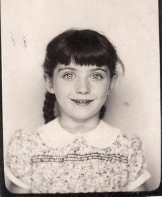 filette ⚫ little girl portrait vitnage archive photobooth kid kind enfant Vintage Pictures, Old Pictures, Vintage Images, Old Photos, Vintage Photo Booths, Photos Booth, Pretty Eyes, Beautiful Eyes, Vintage Photographs