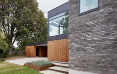 Cedertræ, kulbrændte mursten og sort zink