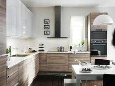 Cocina en madera en combinación con blanco alto brillo