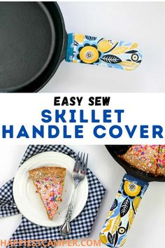 DIY Cast Iron Skillet Handle Cover With A Free Printable Pattern I love cooking with my cast iron skillet, but it is kind of a pain to pull out of the oven. That's why I came up with this DIY Cast Iron Skillet Handle Cover With A Free Printable Pattern! This handle cover is not only cute, but also functional. The included free pattern makes it easy to sew some of these for all your cast iron pots and pans. Save your hands from the heat and make some of these to give as gifts. Easy sewing projec Cast Iron Pot, Cast Iron Skillet, Cast Iron Cooking, It Cast, Scrap Fabric Projects, Diy Sewing Projects, Fabric Scraps, Sewing Ideas, Sewing Crafts