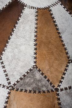Cow Rug, Cow Hide Rug, Leather Bag Pattern, Sewing Leather, Leather Diy Crafts, Leather Craft, Sewing Collars, Tire Art, Tuto Sac
