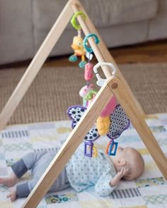 Tá na hora de brincar! Que tal criar esse espacinho na sua casa?! Basta um edredon/mantinha para colocar o bebê encima de forma que ele fique confortável e um cavaletei adaptado para se colocar os móbiles e outros brinquedinhos de pendurar para fazer o bebê feliz! Super amei essa ideia além de ser bem prática e fácil de fazer em casa também estimula o desenvolvimento do bebê!  #desenvolvimentoinfantil #espaçoparaobebê #espaçodebrincar #móbiles