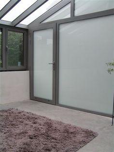 bureau - raamgeheel mat glas en vloer in gepolierd beton - architect a.wildro