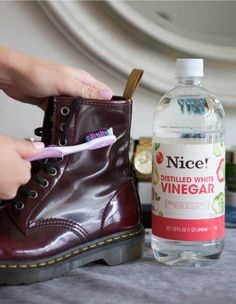 Fixing Ruined Clothes--Scrub off water stains on leather boots with a soft toothbrush and vinegar. If your boots are ruined from water, snow, salt, or all of the above, dip a soft-bristled toothbrush in white vinegar and gently rub to remove the stain Do It Yourself Baby, Do It Yourself Fashion, Diy Cleaning Products, Cleaning Hacks, Cleaning Shoes, Cleaning Schedules, Squeaky Shoes, Wine Stains, Old Shoes