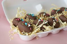 Easter Egg Marshmallow Truffles--Forget the tasteless, store-bought marshmallow eggs. These homemade marshmallow truffles are sure to be a hit with everyone! Easter Candy, Easter Treats, Easter Eggs, Easter Food, No Egg Desserts, Desserts Ostern, Easter Desserts, Spring Desserts, Chocolate Covered Marshmallows