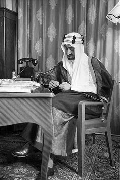 King Faisal of Saudi Arabia 🇸🇦. Rare Pictures, Historical Pictures, Saudi Arabia Prince, Saudi Arabia Culture, Travel To Saudi Arabia, House Of Saud, Saudi Men, Riyadh Saudi Arabia, Iphone Wallpaper Quotes Love