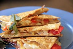 Le quesadillas sono deliziosi triangolini realizzati con tortillas, formaggio, pomodori ed altri ingredienti, come pollo, avocado e lattuga.