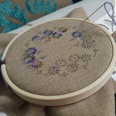 #메이의 앤틱자수는#오늘도#열수중~ #모직의 포근함이 좋아지는 아침이예요 #영국산 #손염색울사의 톤다운된 #색상이 #가을과 넘 잘 어울려요~~ #자수타그램 #양산프랑스자수 #프랑스자수 #embroidery #needleworks #handmade (design by 분당쌤)