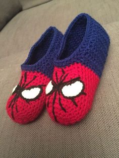 Spiderman slippers / sutsko More - Visit to grab an amazing super hero shirt now.Yelena's Nest: Owl Slippers {FSlippers for Reed for next Christmas? Doesn't have to be Spider-Man, but something fun! Crochet Diy, Crochet Boots, Crochet Baby Booties, Crochet Beanie, Crochet For Kids, Crochet Crafts, Crochet Clothes, Crochet Projects, Knitted Baby