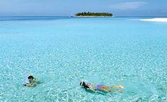 Ilhota das Maldivas em meio ao azul irreal do Índico  100 lugares mais bonitos do mundo para visitar! Revista Viagem Marco/2013