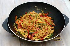 Wok aux légumes croquants (courgette, poivron et carotte), nouilles, poulet et sauce teriyaki. 7SP weight watchers